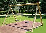 Altalena in legno a sezione tonda con seggiolini piani